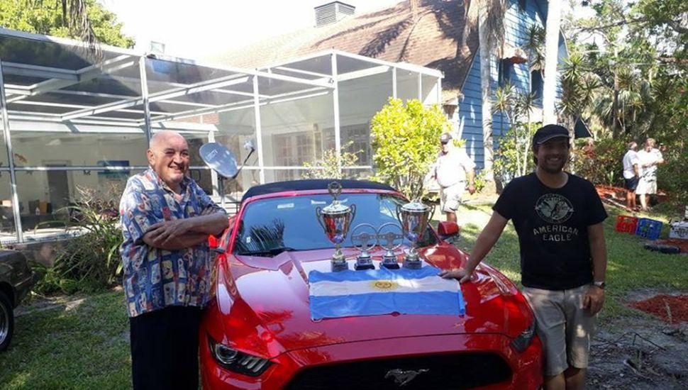 Salino junto a Saracho con el Ford Mustang.
