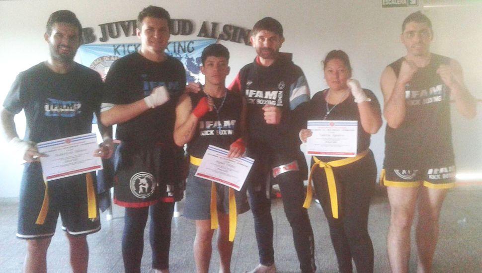 El profesor Nicolás Díaz (segundo desde la izquierda), el maestro Gustav Bruno y alumnos que rindieron examen de kick boxing.