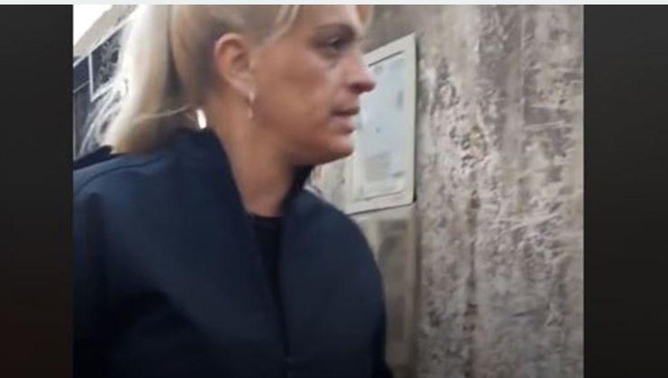 Video: una mujer policía le dio una lección a una mujer que tenía a su mascota en estado de abandono