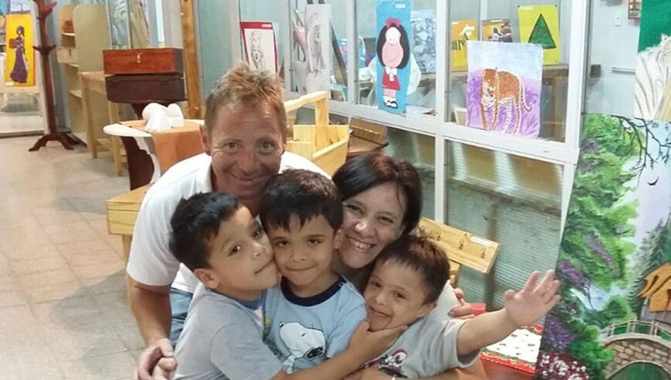 Familia de cinco: Laura y José Luis junto a Ignacio, Pedro y Fermín.