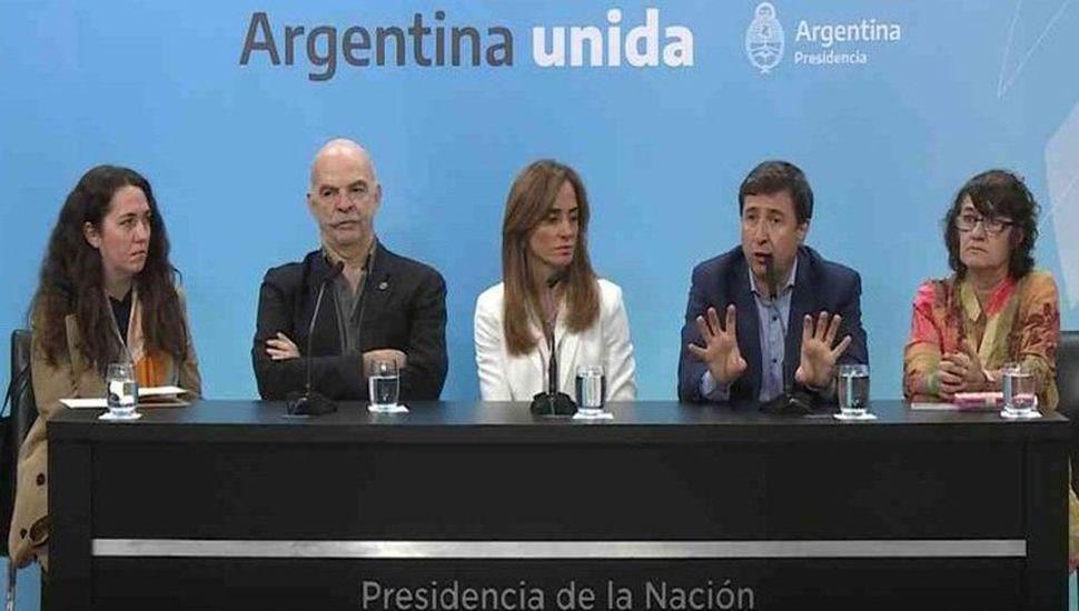 """Funcionarios del Ministerio de Desarrollo Social de la Nación al presentar el """"Plan Argentina contra el Hambre"""" y las tarjetas Alimentar."""
