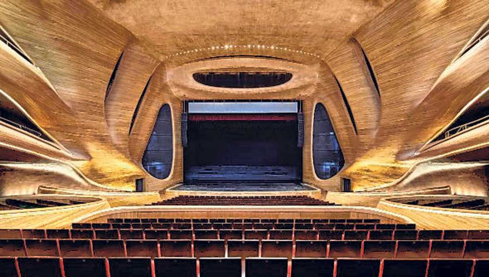 En el interior  es un contraste entre la calidez de la madera y la frialdad del aluminio blanco y el cristal.