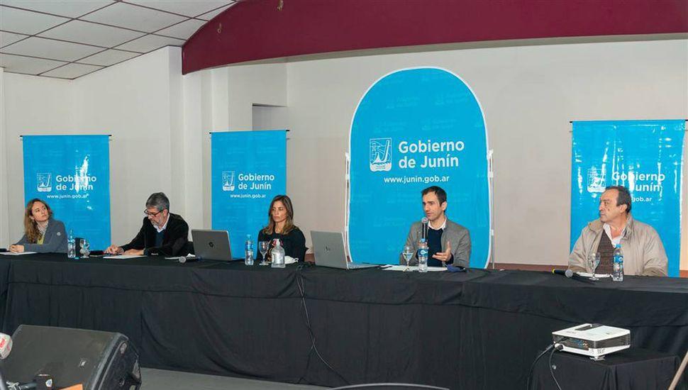 El intendente Pablo Petrecca, ayer, acompañado por el secretario de Salud, Carlos Lombardi; de Seguridad, Andrés Rosa; de Gobierno, Agustina de Miguel; y de Economía, Lorena Linguido.