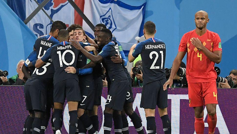 Los franceses festejan el gol, único del partido que los dejó en la final.