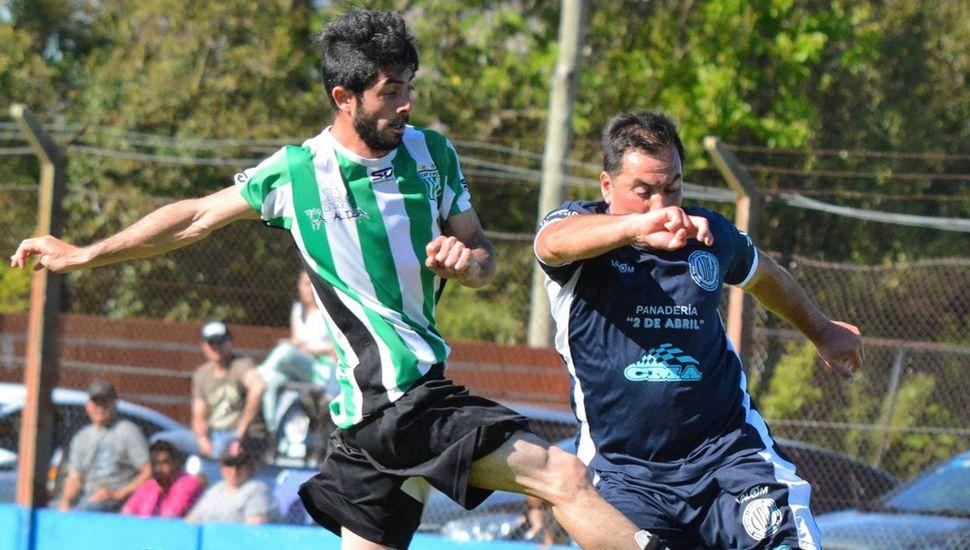 Leonardo Daniel Ramos (Deportivo), expulsado sobre el final, engancha de zurda frente a un adversario.