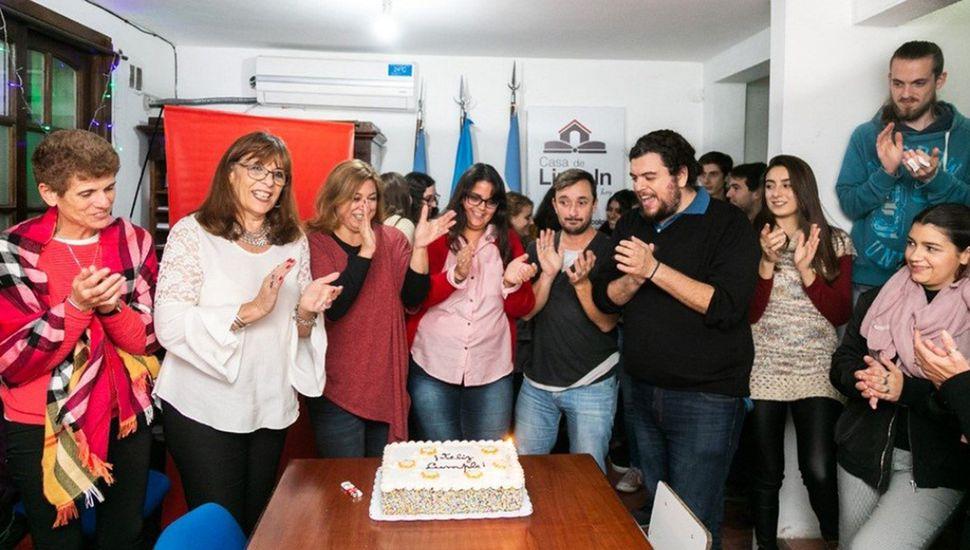 Durante la velada en La Plata, estudiantes, artistas y funcionarios compartieron diversas intervenciones culturales.