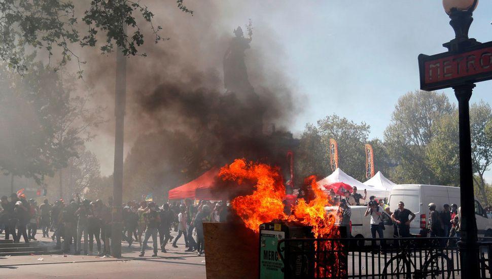 Un tacho de basura incendiado en la icónica Place de la Republique, en París.