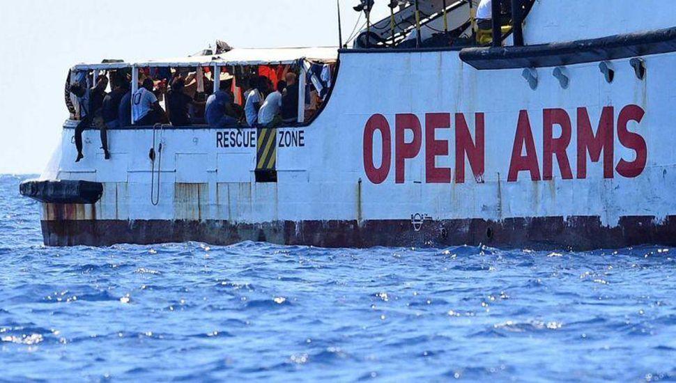 Ordenan el desembarco de los migrantes y la incautación del buque