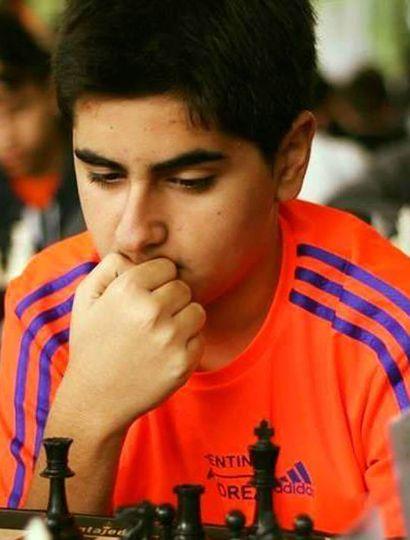 El juvenil ajedrecista linqueño Matías Román Agüero Arce integra el equipo de Villa Martelli, campeón la semana pasada en la Liga