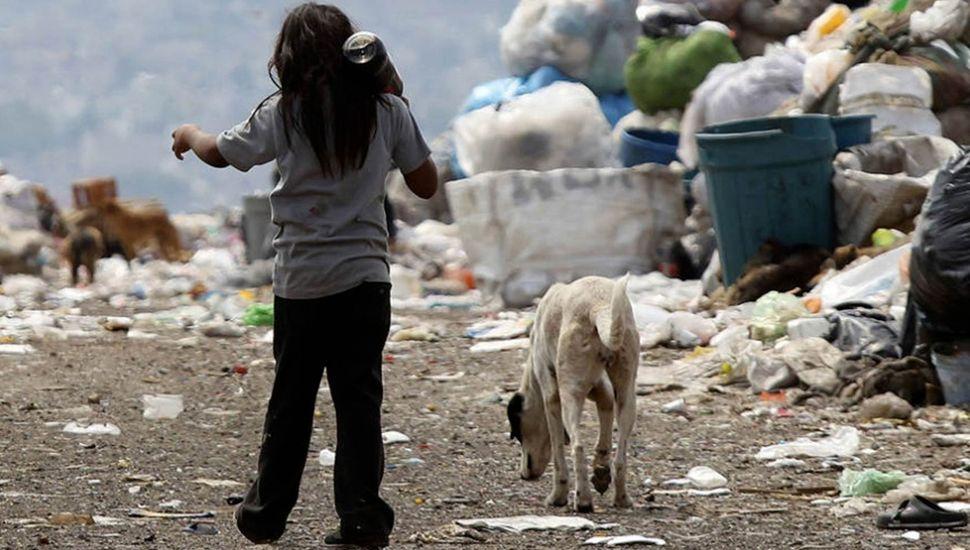 La pobreza se extiende como una marea oscura sobre la sociedad argentina.