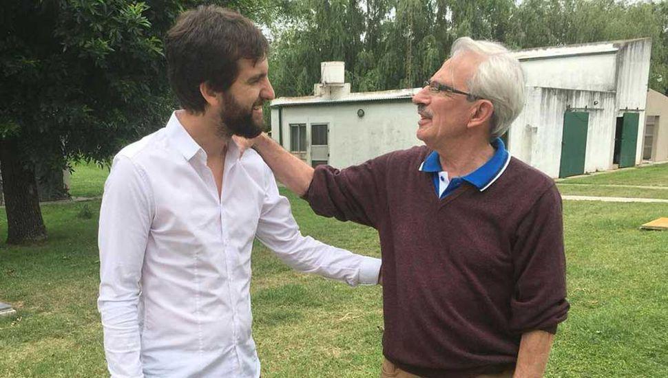 """El senador provincial saluda a César Rodríguez Monasterio, durante la visita a """"Rodemar""""."""