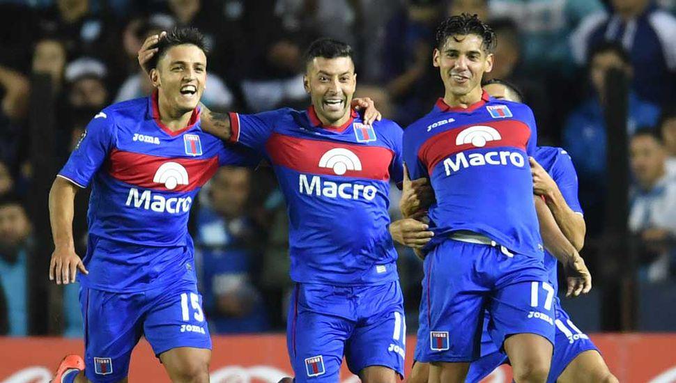 Los jugadores de Tigre festejan el pase a semifinales de la Copa de a Superliga, tras eliminar a Racing Club en Avellaneda.