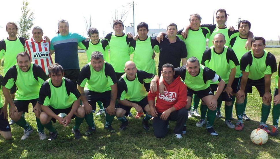 Plantel de Veteranos de Sarmiento de Germania que igualó como local 1 a 1, con su similar del Club Atlético y Ferro Carril Oeste Pasteur.
