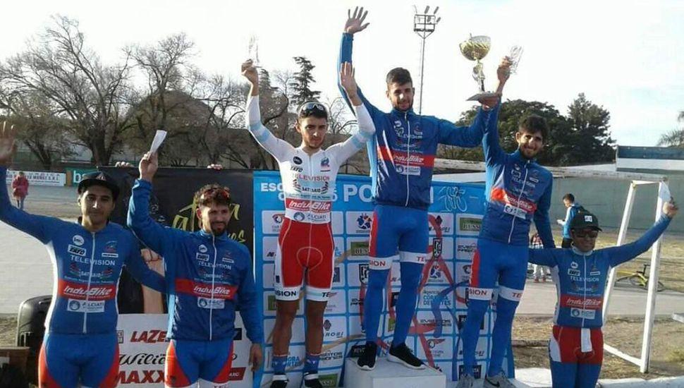 Podio de la prueba central Elite ganada por el juninense Isaías Abú y en la cual otro biker de nuestra ciudad, Facundo Crisafulli, fue tercero.