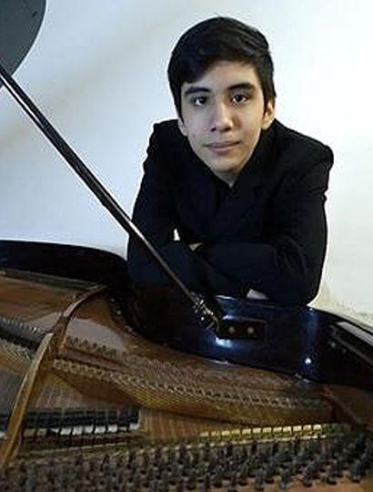 Con 15 años, el joven está desarrollando su formación en piano.