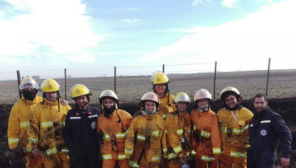 Bomberos luego de sofocar un incendio forestal.