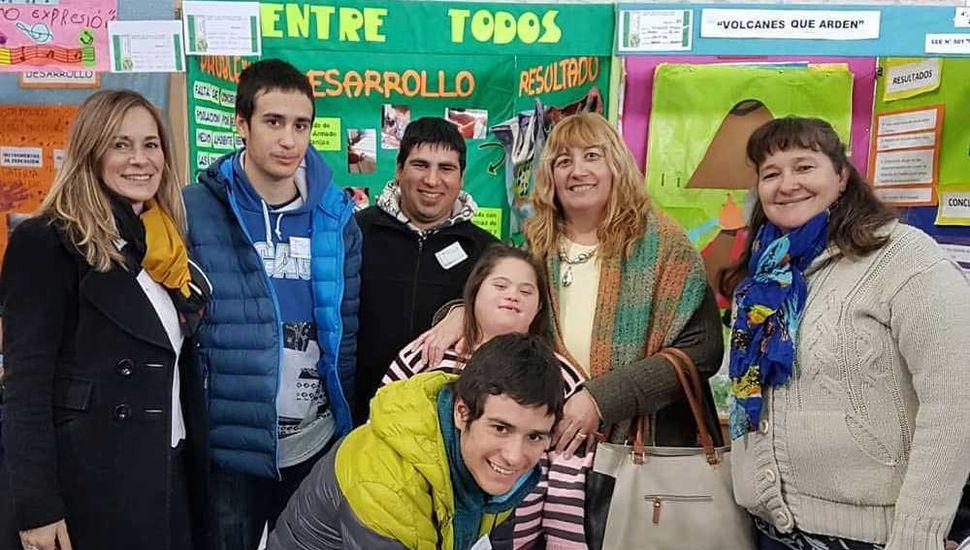 Alumnos y docentes frente al estand