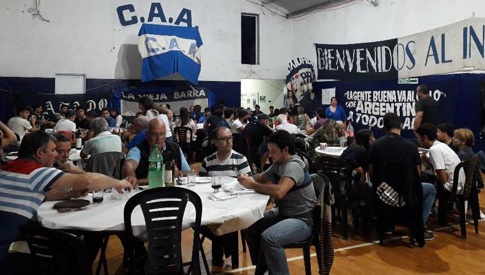 Buen número de comensales compartieron la bien servida mesa, en Argentino.