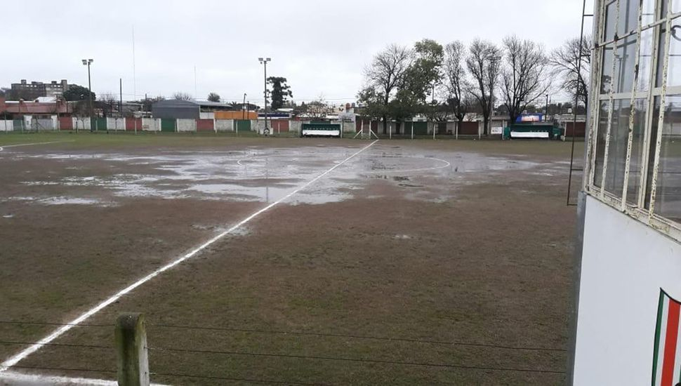 La lluvia impidió que se jueguen ayer dos partidos de primera división de la Liga Deportiva del Oeste, como asimismo de formativas y de inferiores de balompié femenino.