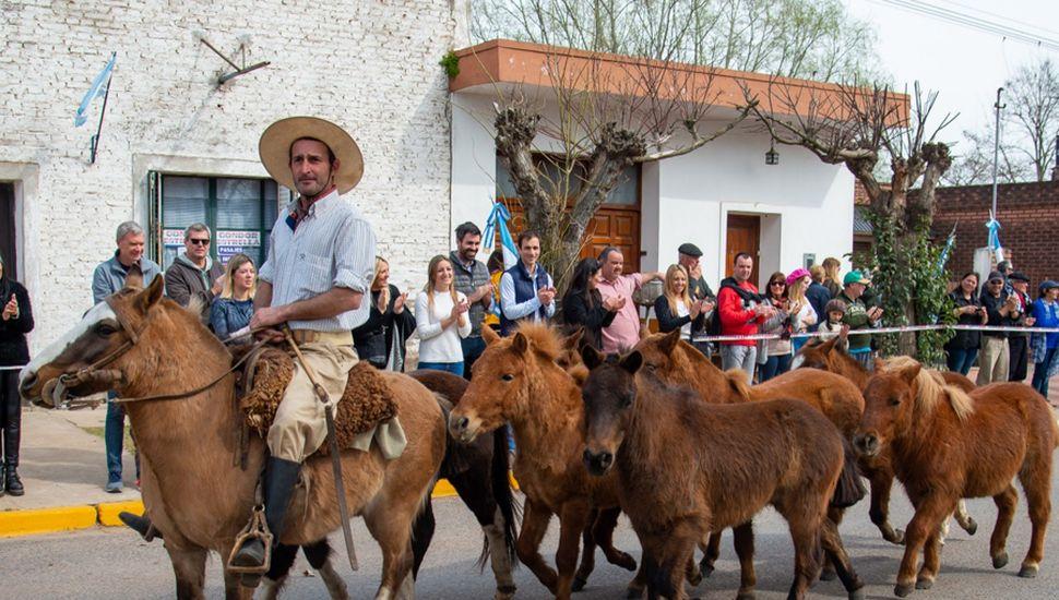 Desfile criollo, paseo de artesanos y artistas en la Fiesta del Fortín
