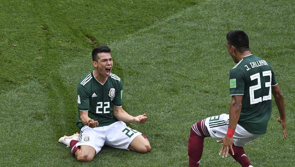 El delantero Hirving Lozano festeja un gol histórico.
