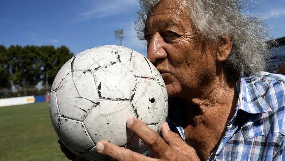 """Murió el """"Trinche"""" Carlovich, emblema del fútbol rosarino"""