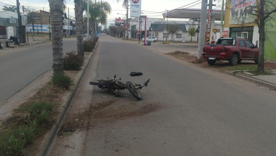 Perdió el control de la moto y chocó contra un cantero: está grave