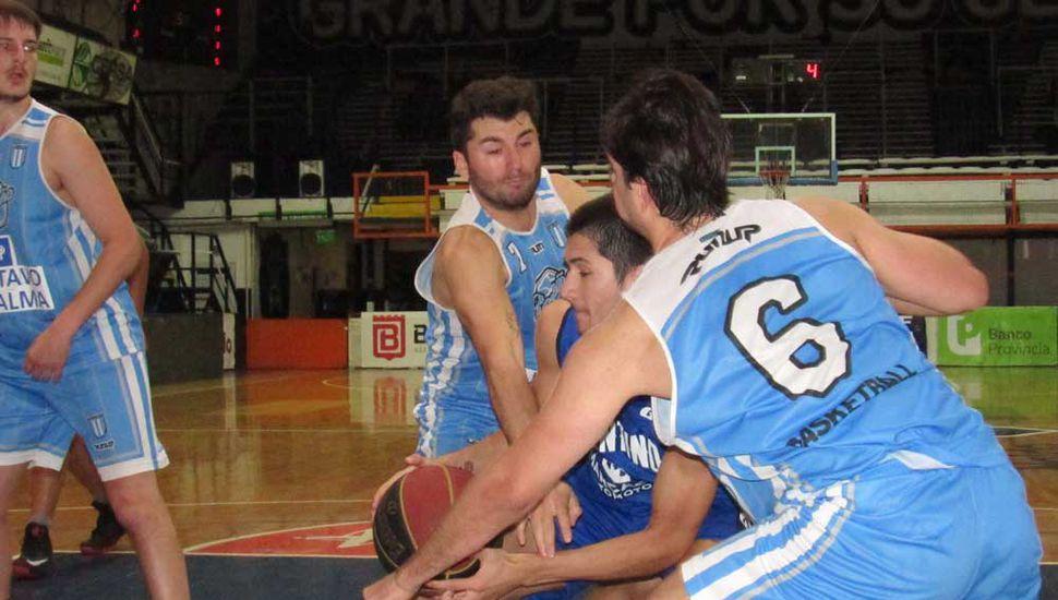 Agustín Cavallin entre Franco Duarte y Nahuel Vaca.
