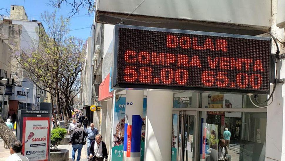 El dólar cerró al valor récord de $65 el último viernes.