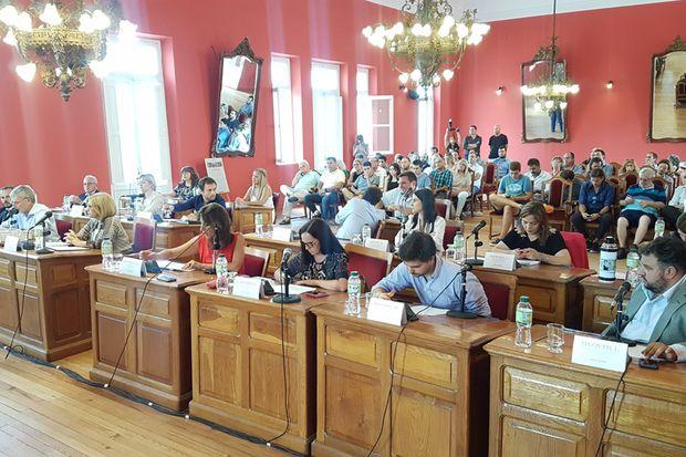 La asamblea de concejales y mayores contribuyentes tuvo lugar en el Salón Rojo.