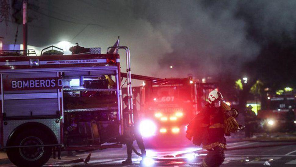Murieron dos bomberos tras la  explosión del subsuelo de un edificio