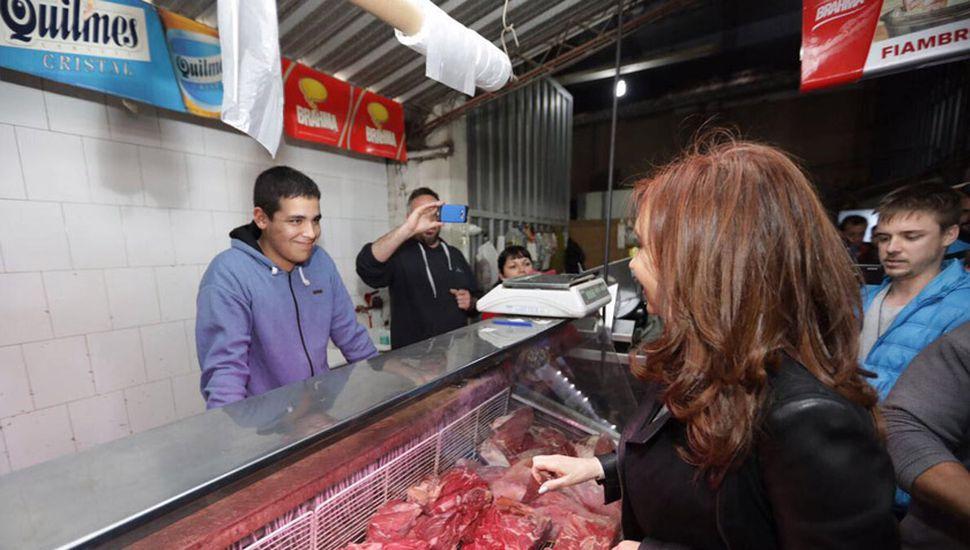 """Cristina Kirchner durante una recorrida por un supermercado de Almirante Brown, donde volvió a mostrarse con las """"víctimas del modelo""""."""