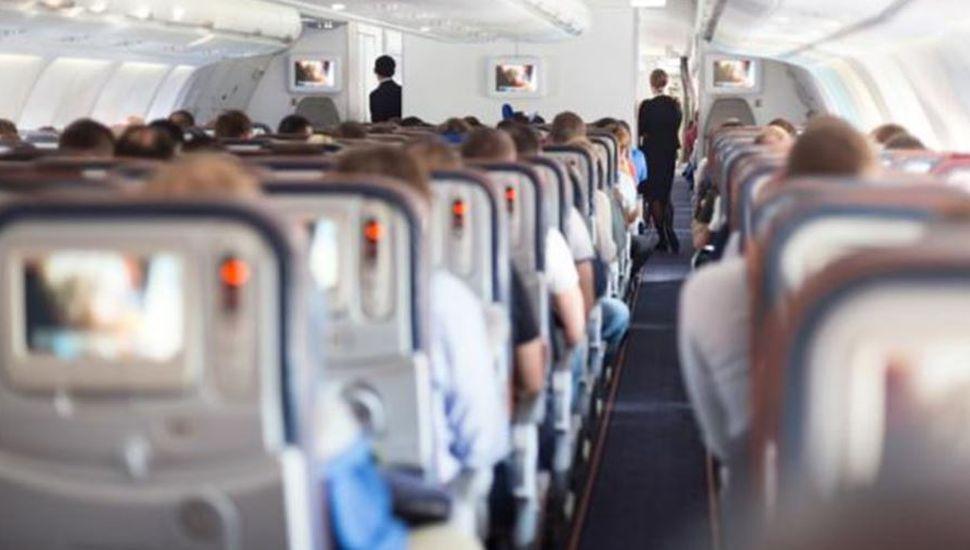 Pánico en el aire: un hombre intentó abrir la puerta de un avión en pleno vuelo