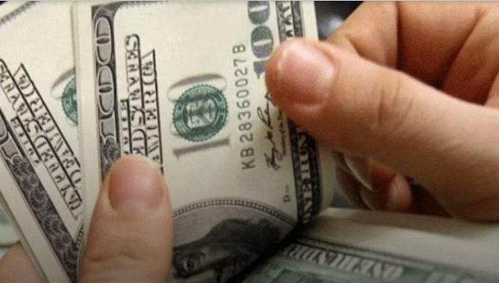 El dólar volvió a subir y el riesgo país se mantiene debajo de los 2200 puntos