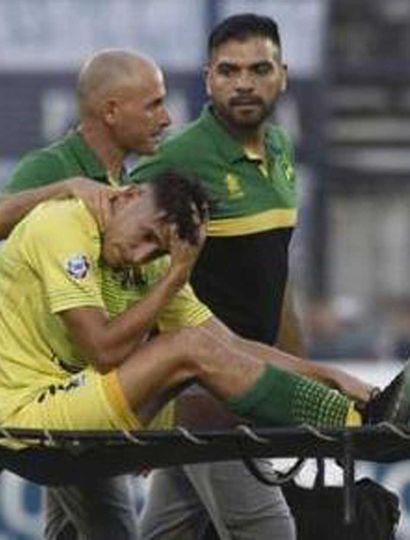 Preocupación de Gastón Togni tras sufrir la grave lesión, la abandonar en camilla el campo de juego de Gimnasia y Esgrima La Plata.