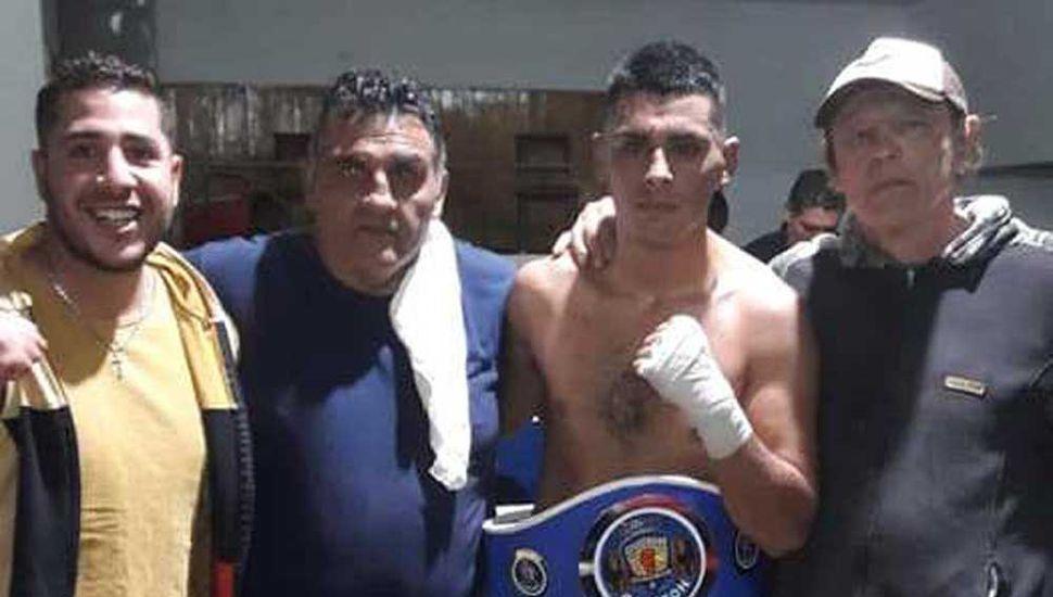 """Junto a sus técnicos, """"Canilla""""García (derecha) y Miguel Burgos Medina, y un amigo, posa el coronado Agustín Medina."""