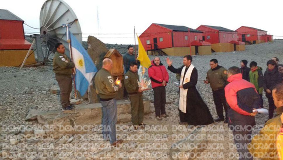 El Padre Pablo Castelnovo, entronizando la Virgen de los Hielos y de las Nieves Antárticas en la base Esperanza.