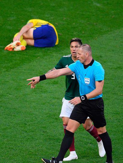 El árbitro argentino Néstor Pitana sanciona el penal que significará el segundo gol de Suecia.