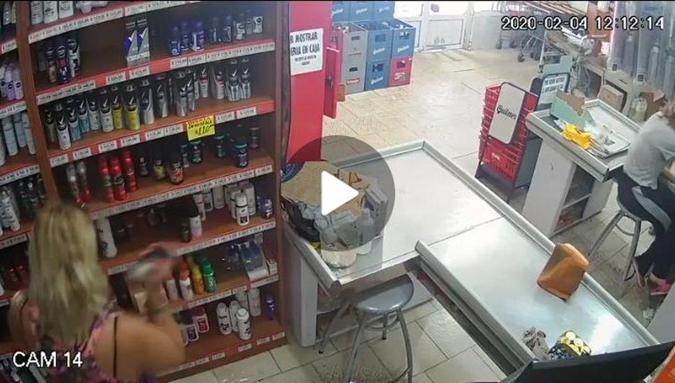 VIDEO: Robó dinero de un supermercado con su hijo al lado