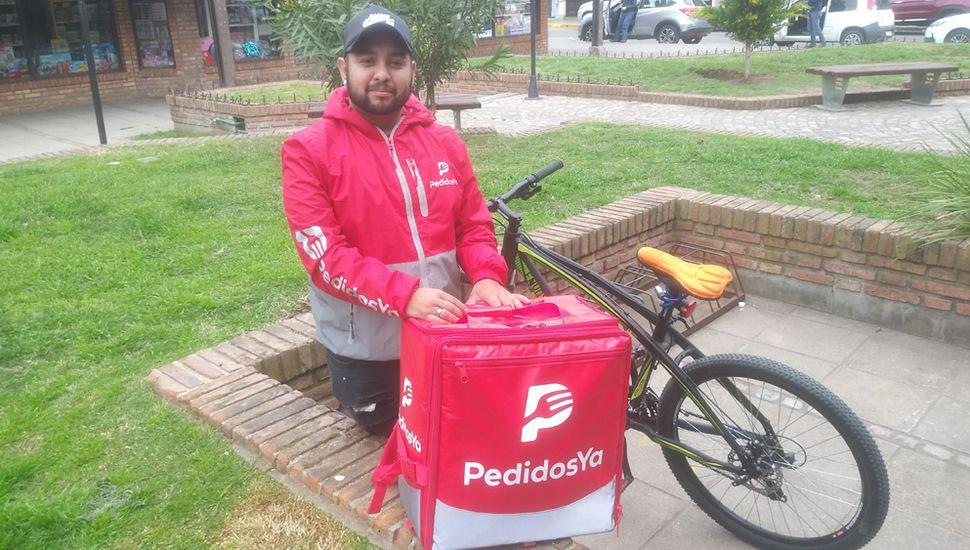 Álvaro Calderón es enfermero y, en sus tiempos libres, trabaja con Pedidos Ya.