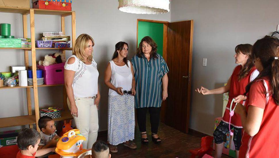La intendente de General Arenales Erica Revilla y la senadora provincial  Ana Laura Geloso estuvieron acompañadas por la secretaria de Desarrollo Social, Mariela Sbarbatti, durante la recorrida en las nuevas instalaciones del jardín maternal en Ferré