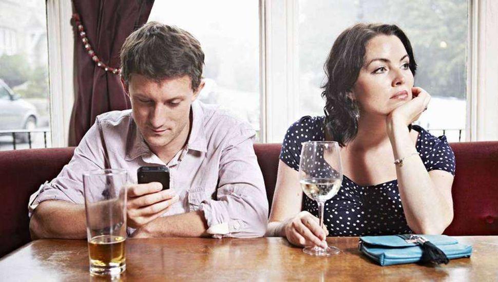 Vínculos en tiempos de Wifi: Las parejas y la influencia del uso de la tecnología constante