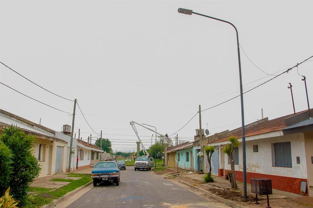 Continúa la reconversión lumínica en los diferentes barrios de nuestra ciudad - Diario Democracia
