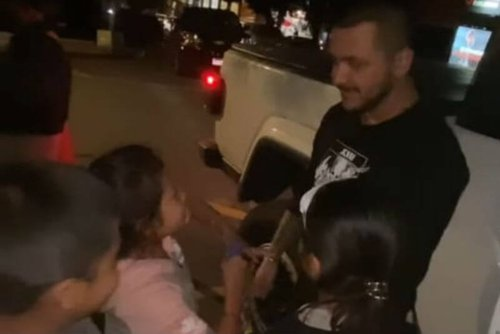 Christian Nodal compra todos los dulces a niños de la calle