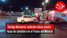 Vehículo choca contra base de semáforo en el Paseo del Mineral