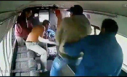 Pasajeros de combi golpean a asaltante