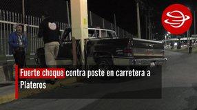 Fuerte choque contra poste en carretera a Plateros