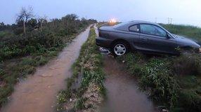 Pavimento mojado y exceso de velocidad, provoca salida de camino