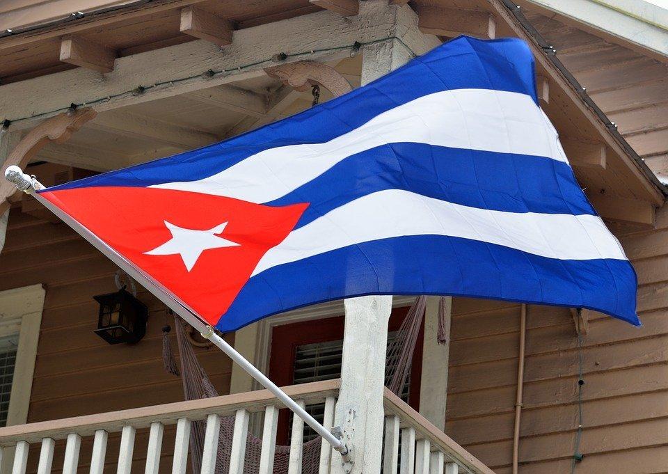De vlag van Cuba, je zal ze regelmatig zien wapperen aan gevels en op pleinen