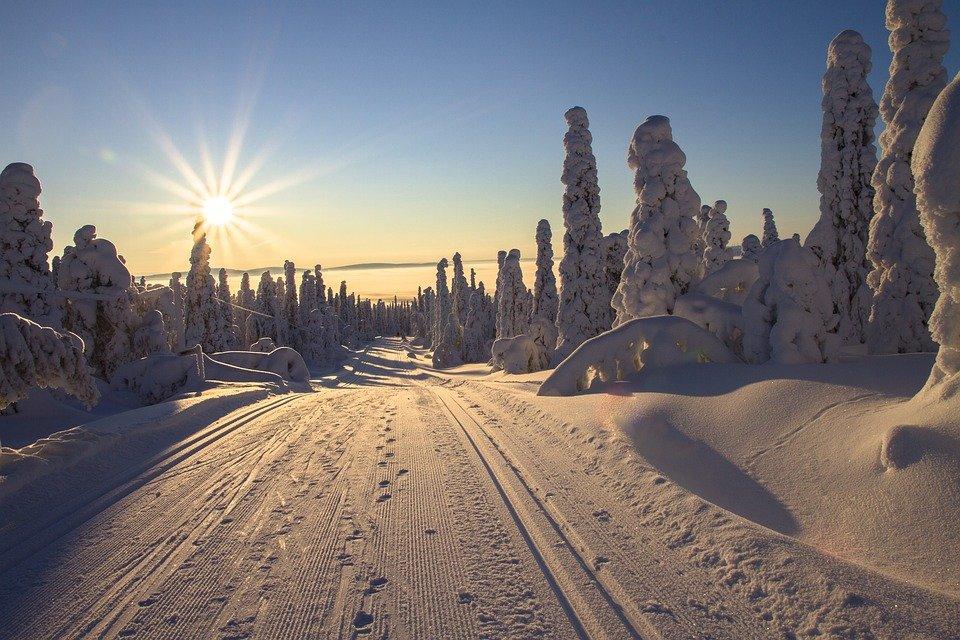 Het besneeuwde landschap tijdens de winterlmaanden in Finland spreekt voor velen tot de verbeelding